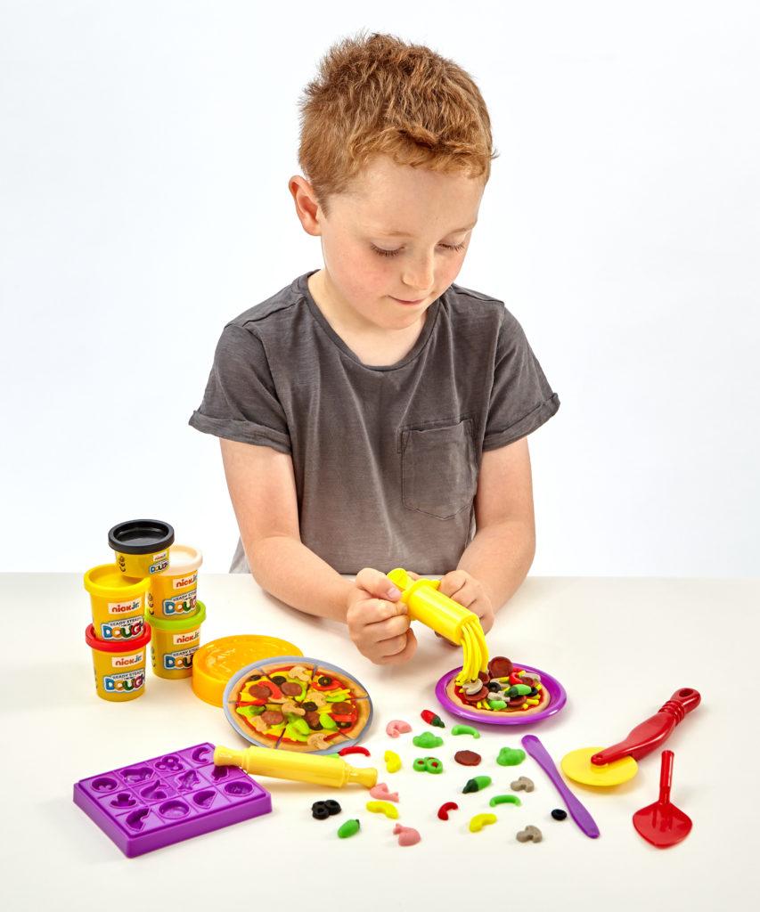 Addo masa plastyczna chłopiec robi lody